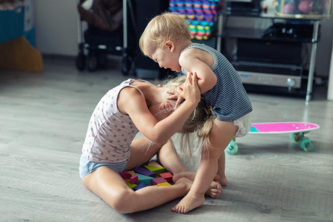 Kleinkind und Schwester streiten