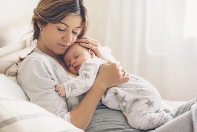 Mama mit Baby auf dem Bauch