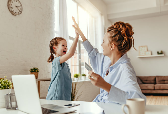 Mama und Kind geben sich High Five