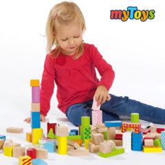 Mädchen spielt mit Holzbaukloetzen
