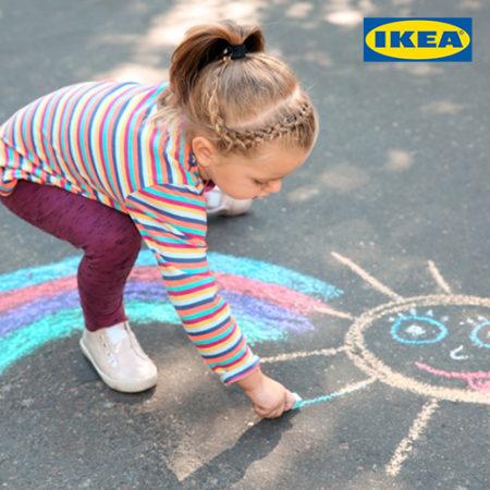 Mädchen malt mit Straßenkreide