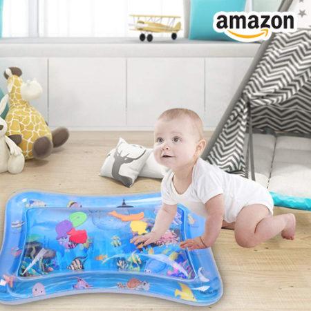 Baby spielt mit Wassermatte