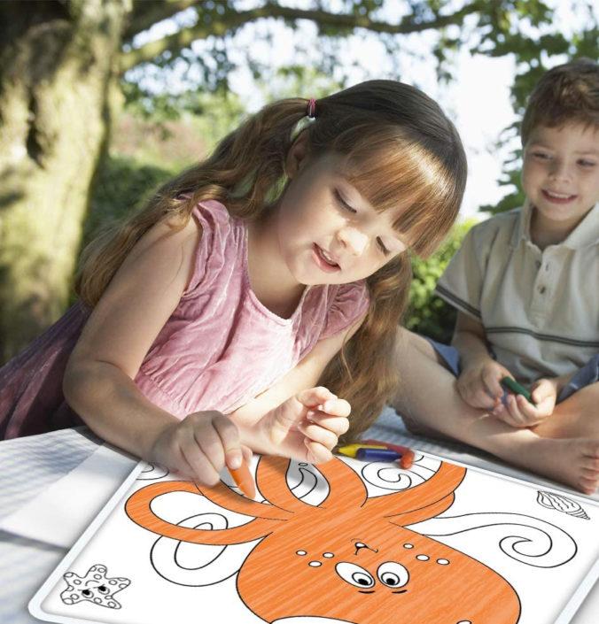 Mädchen malt Drachen aus