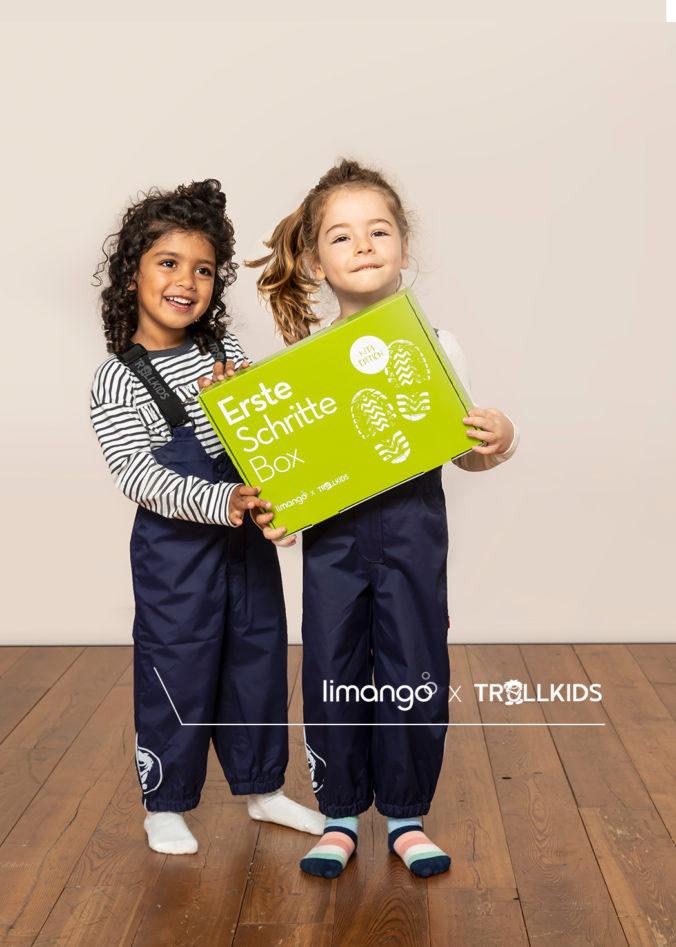 Zwei Mädchen halten die limango Erste Schritte Box
