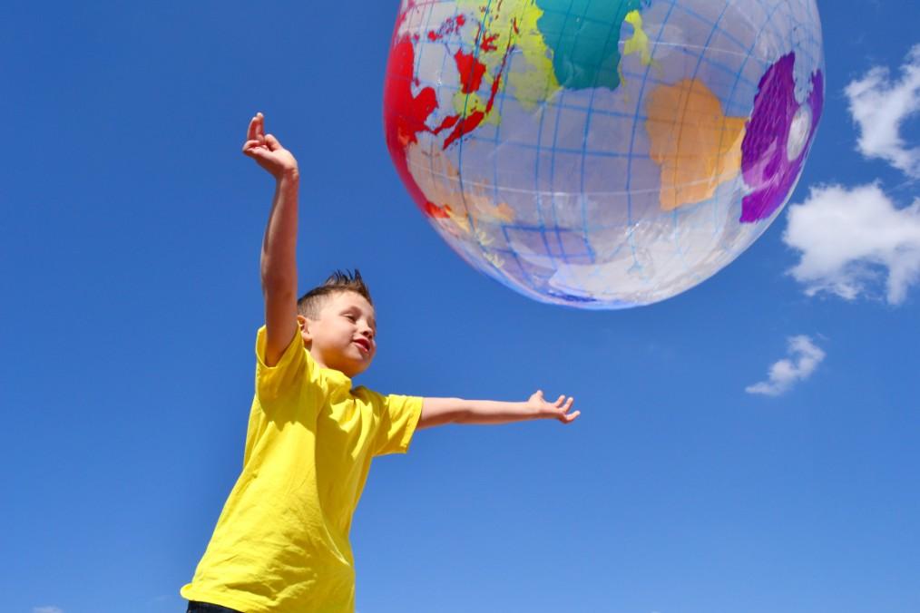 Weltkindertag Kind fängt Erdball
