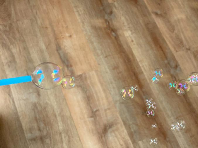 Seifenblasen werden mit einem Strohhalm gemacht