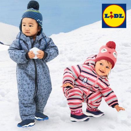 Kinder in Schneeanzügen spielen im Schnee