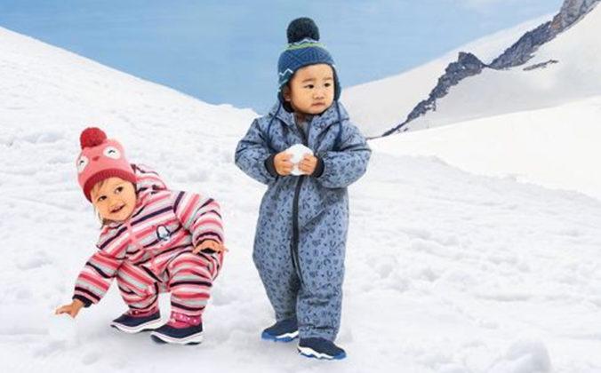 Kleinkinder in Schneeanzügen