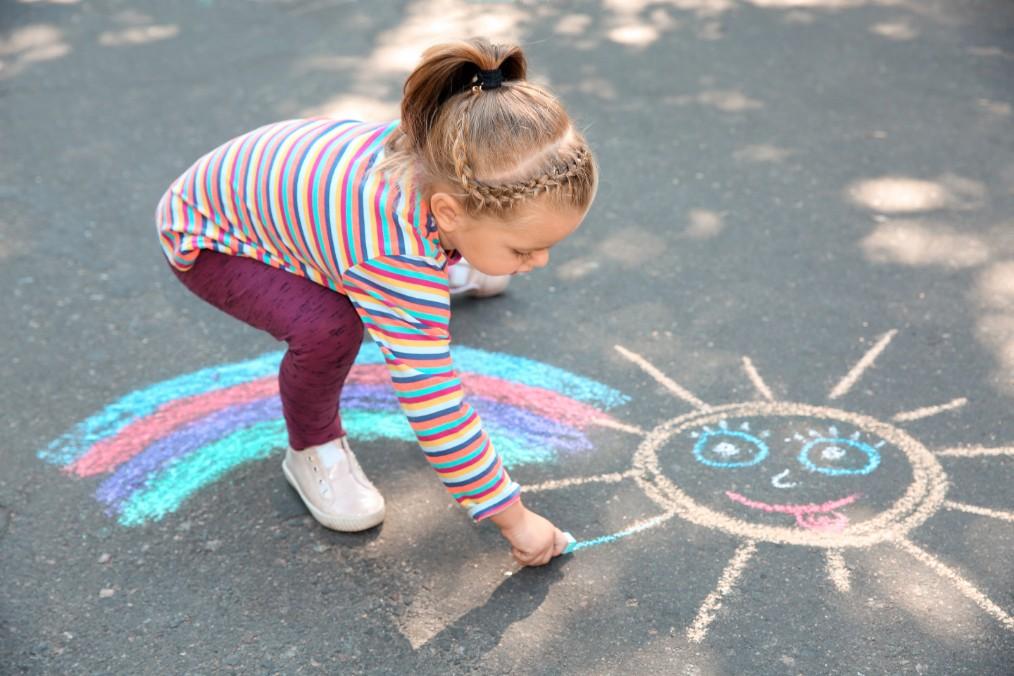 Weltkindertag Kind malt auf die Straße