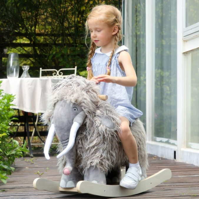 Mädchen auf Mammut Schaukeltier