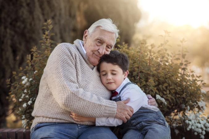 Junge umarmt Opa