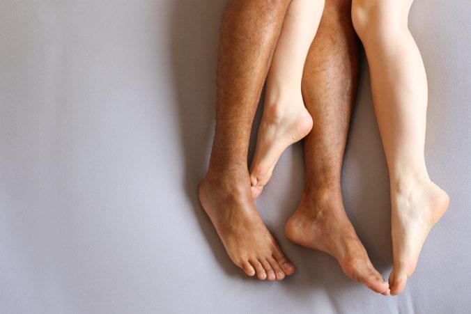 Mann und Frau liegen aufeiannder, man sieht aber nur die Beine