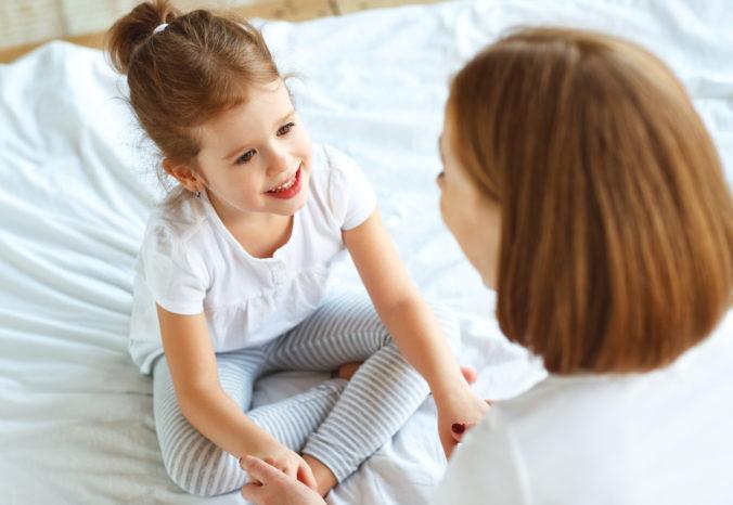 Kind redet mit MAma