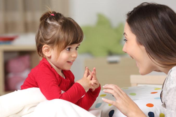 Mama und Kind reden