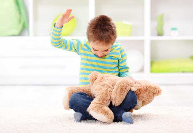 Kind schlägt Teddy