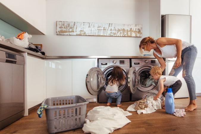 Frau macht Wäsche mit Kindern