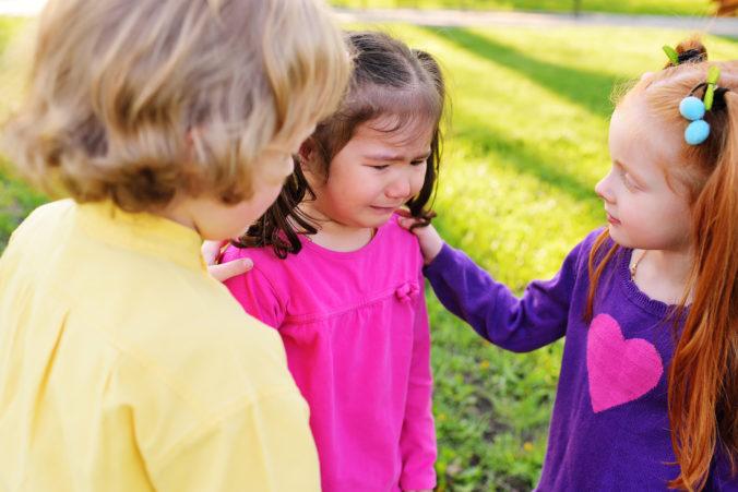 Kinder trösten anderes Kind