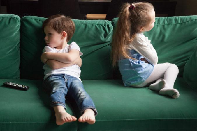 Zwei beleidigte Kinder sitzen auf dem Sofa