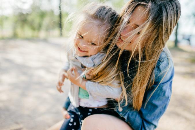Mama und Kind spielen Draußen
