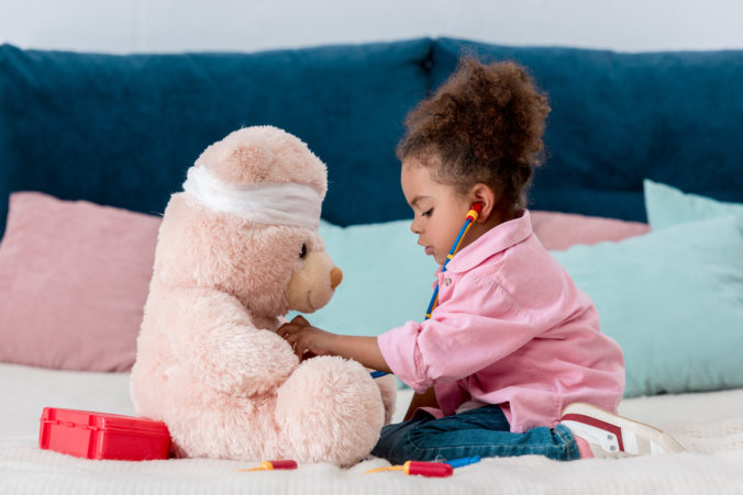 Kind spiel Doktorspiele mit Teddy