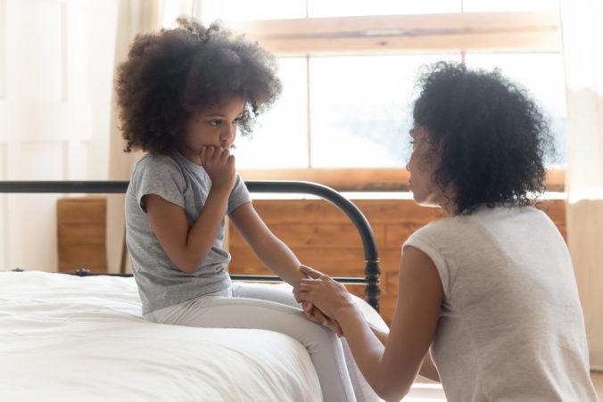 Mama redet mit Tochter