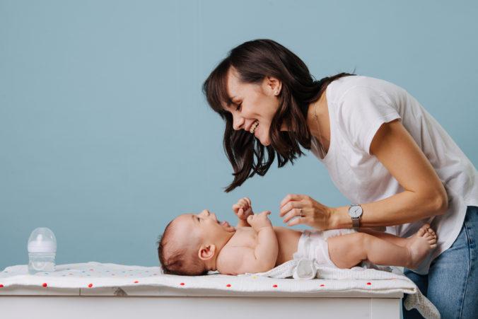 Mutter mit Baby am Wickeltisch