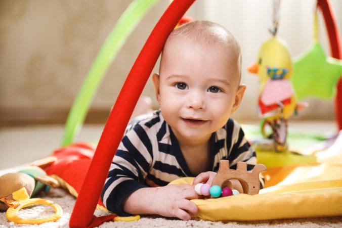 Kind auf Spieldecke