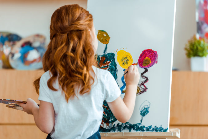 Kind malt auf Leinwand