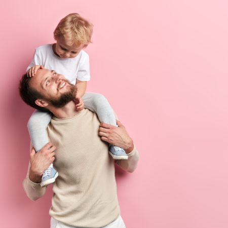 Papa mit Sohn auf den Schultern