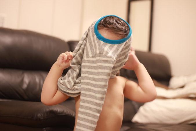 Kind zieht sich selbst an