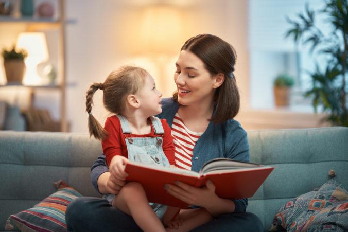 Mama liest mit Tochter