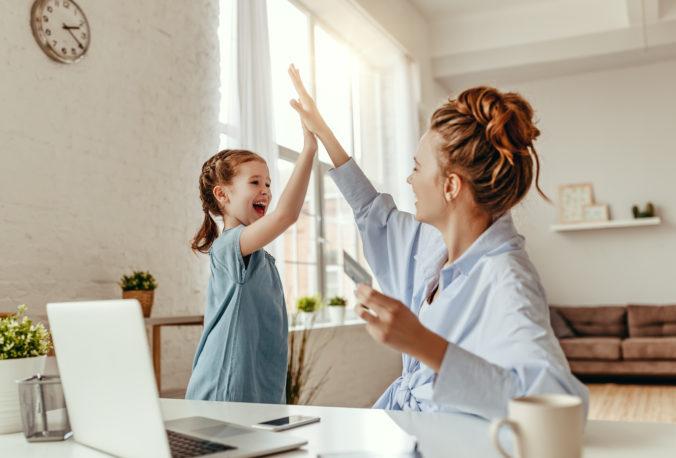 Kind und Mama machen High Five