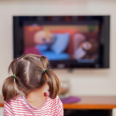 Kleines Mädchen schaut Fernsehen