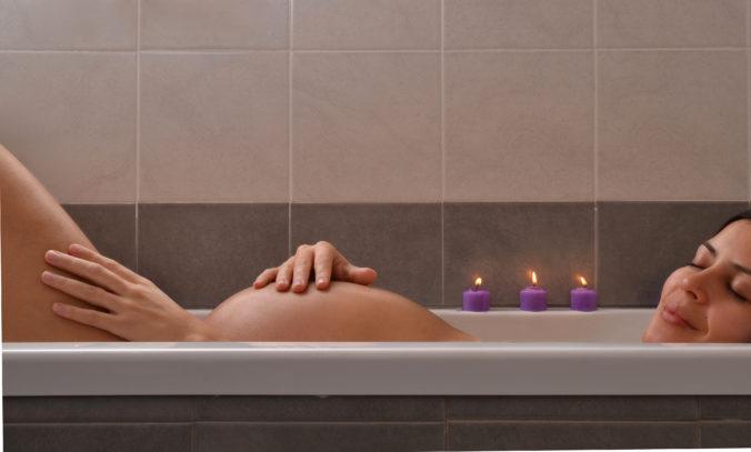 Schwangere in der Badewanne