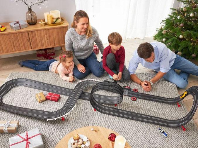 Familie spielt mit Carrerabahn