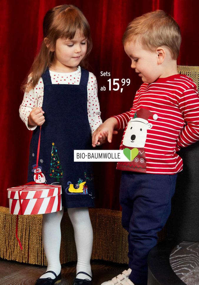 Kleinkinder in Weihnachtskleidung