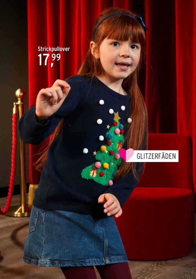 Mädchen in Weihnachtskleidung