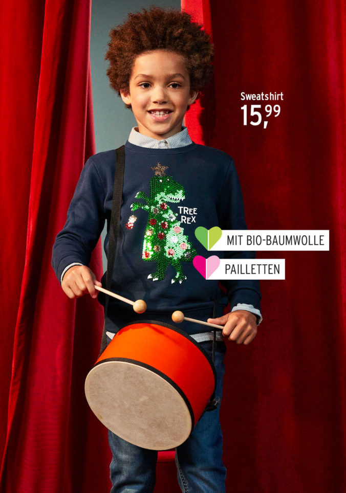 Junge mit Trommel in Weihnachtskleidung