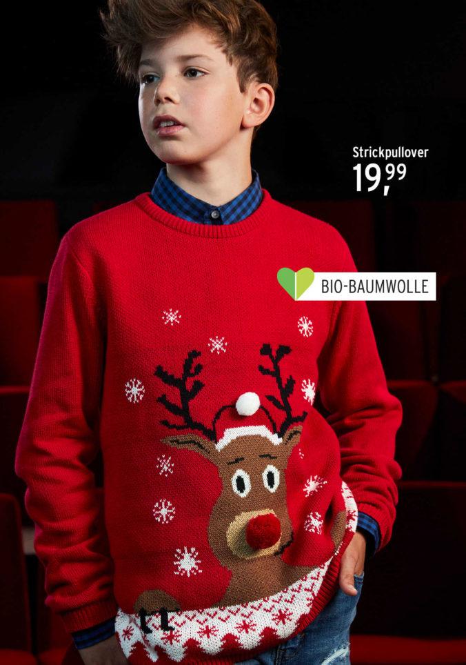 Junge in Weihnachtspullover