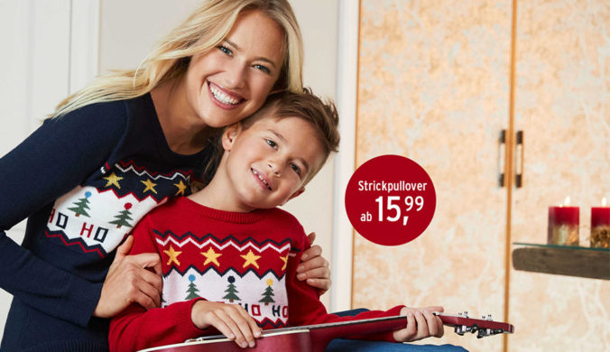 Mutter und Sohn in Weihnachtspullovern