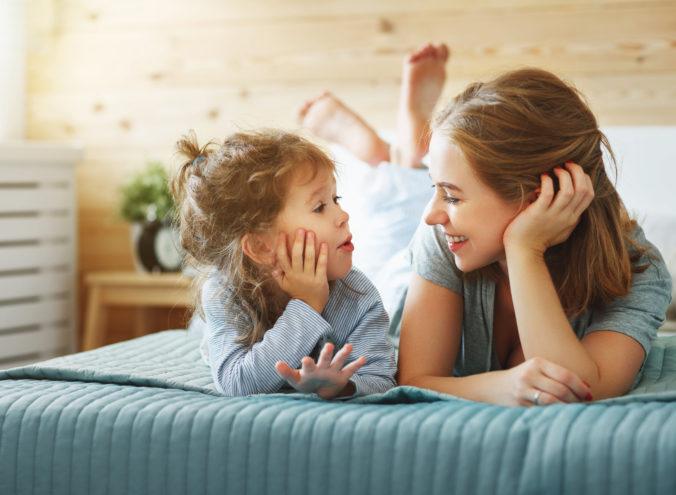 Mutter redet mit Kind
