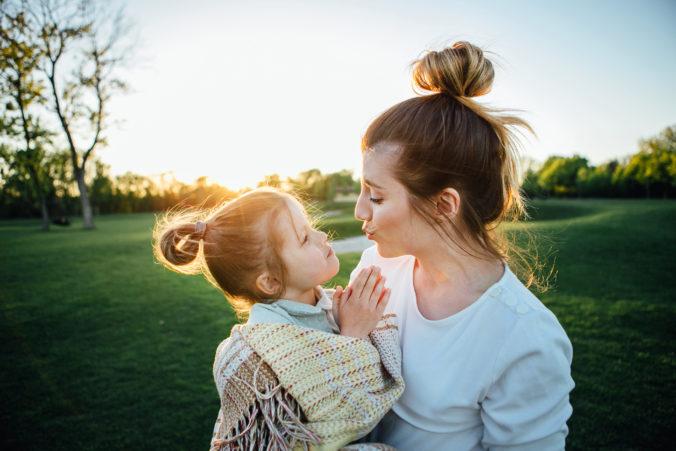 Mutter und Kind küssen sich