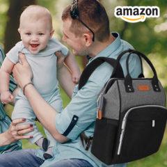 Eltern sitzen mit Baby auf einer Wiese