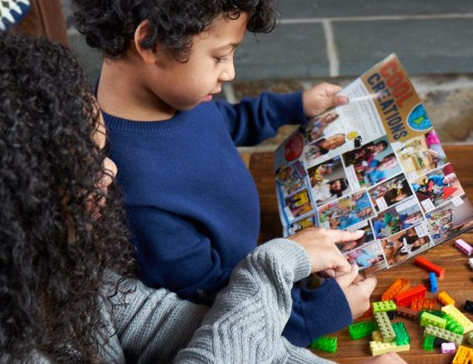 Mutter und Kind lesen Lego Magazin
