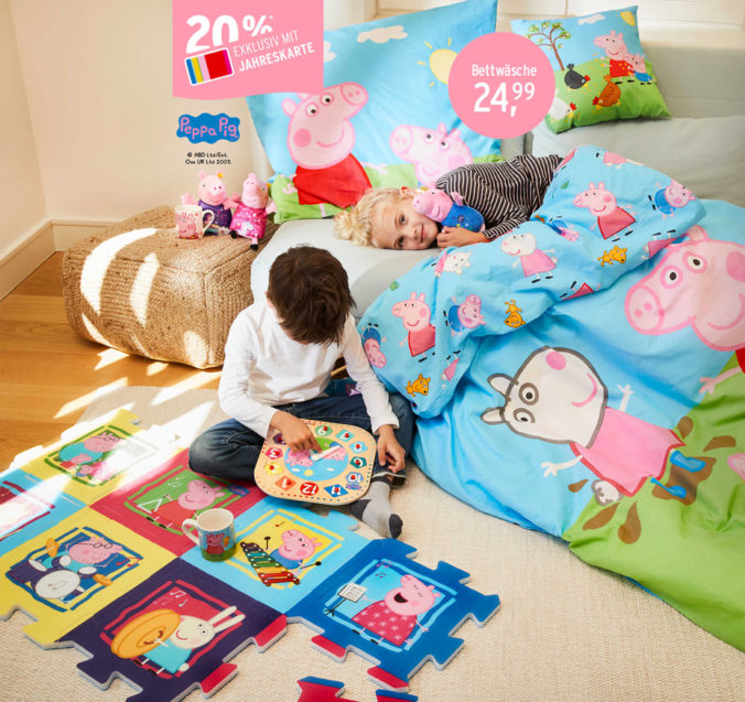 Kinder spielen mit Peppa Pig Spielzeug