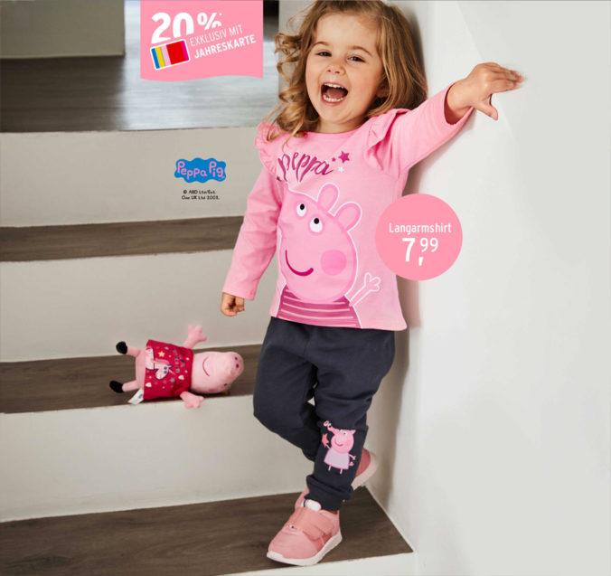 Mädchen in Peppa Pig Kleidung