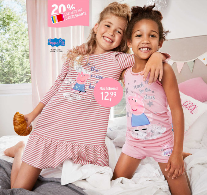 Mädchen in Peppa Pig Nachtwäsche