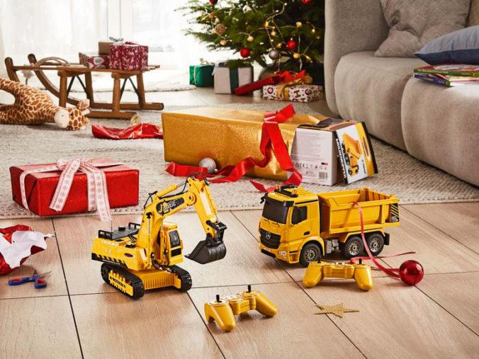 Weihnachtsbaum mit Spielzeug und Geschenken