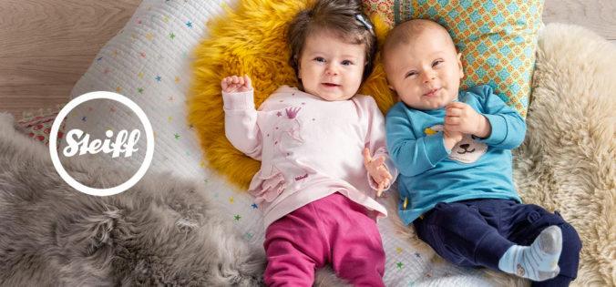 Babys liegen auf Decke