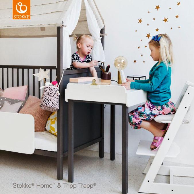 Mädchen sitzt auf Stokke Tripp Trapp Hochstuhl